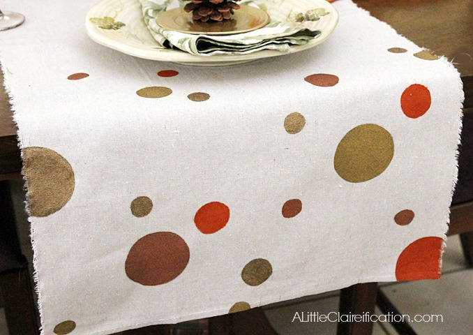 Hand-Painted Polka-Dot Table Runner | #diy #thanksgiving #thanksgivingtablescape